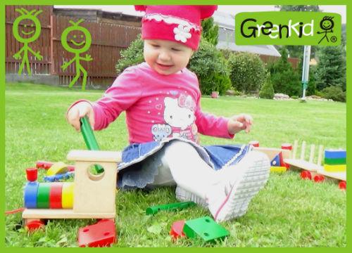 Holzziehspielzeug Greenkid. Holzzug und Würfel für Jungs und Mädchen. Hochwertiges und sicheres Spielzeug für Kinder ab 1 Jahr von dem tschechischen Hersteller Abafactory.